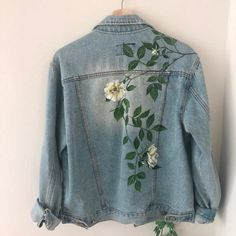 Painted Denim Jacket, Painted Jeans, Painted Clothes, Jean Jacket Design, Jeans Drawing, Hand Painted Dress, Denim Art, Embroidery On Clothes, Girl Outfits