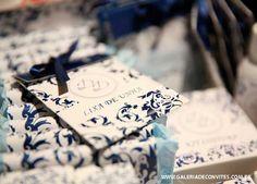 Kit toalete de casamento personalizado com a mesma arte do convite de casamento. Kit todo estampado com arabescos em azul marinho