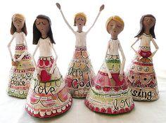 Cinco. Mujeres de papel mache.     ls