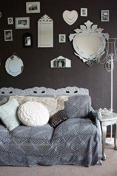 Hét geheim van een stijlvol interieur | Huistuin | Netherlands - 5. Persoonlijkheid Maak jouw woonkamer extra gezellig door iets persoonlijks toe te voegen zoals boeken, kussentjes, foto's en sierlijke spiegels. Tip: Om te vermijden dat een donkere muur de ruimte kleiner maakt, hang je spiegels aan de muren omdat deze diepte – en daarmee ruimte – in de kamer brengen.