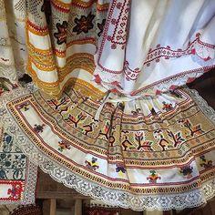 Čičmianska krása - bohatá výšivka #praveslovenske od @howsweetjam Folk Clothing, Heart Of Europe, Boho Shorts, Mood, Embroidery, Country, Fashion, Moda, Needlepoint