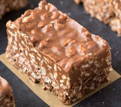 No Bake Chocolate Peanut Butter Crunch Bars. Easy, fuss-free and delicious, this healthy candy bar copycat combines cereal, chocolate and peanut butter in one! Sugar Free Recipes, Candy Recipes, Cookie Recipes, Dessert Recipes, Snacks Recipes, Recipes Dinner, Breakfast Recipes, Gluten Free Desserts, Vegan Desserts