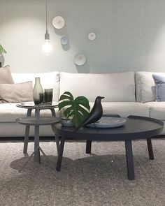 woonwinkel Meijer en floor met studio harm en elke klokjes, grijze bank en ronde salontafels, eames bird