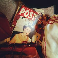 戴冠して間もない頃のエリザベス女王。まだあどけなさが残る当時の貴重なショットです… 『PICTURE POST』誌1954年3月号