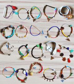 Variedad de pulseras hechas a mano