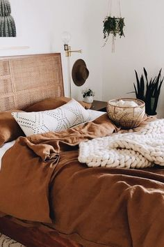 Decoração quarto marrom Warm Bedroom, Room Ideas Bedroom, Home Decor Bedroom, Natural Bedroom, Diy Bedroom, Bedroom Inspo, Bedroom Furniture, Furniture Design, Bedroom Color Schemes
