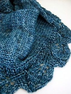La sciarpa Saroyan fa parte di una serie di modelli che Liz Abinante ha dedicato alla serie televisiva Bones. Il nome della sciarpa infatti ...