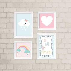Dê mais vida ao quarto da sua filhota com o nosso kit de quadros decorativos. São 4 quadros decorativos. São 2 quadros com 33,5 x 24 cm e 2 quadros com 23,5 x 23,5 cm. Todos possuem frente de vidro. Gravuras impressas com qualidade fotográfica.