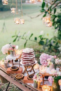 decoração de mesa de casamento com bolo red velvet e luminárias suspensas