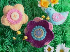 Tiny felt brooch collection: flowers and birds by the Beaded Garden
