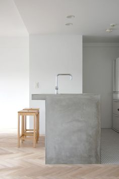 If you're looking for a modern countertop surface that's both beautiful and budget-friendly, consider concrete. If properly installed and sealed, concrete countertops will last practically forever, and the best part is, you can make them yourself. Concrete Bench, Concrete Kitchen, Concrete Countertops, Kitchen Countertops, Kitchen Island, White Concrete, Clean Concrete, Granite, Beton Design