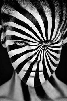 caricaturista rj: http://www.souzaarte.com/#!untitled/cnfd/tag/caricatura Pintura facial transforma rostos de modelos em incríveis imagens 2D..