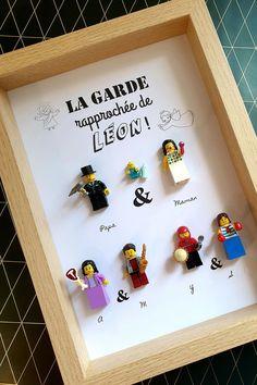 Un portrait sur mesure comme cadeau de baptême, avec enfants, parents, parrain et marraine - Format 21x30cm, conseillé pour 5 à 12 figurines en briques #Lego #LesPortraitsdeFelie #parrain #marraine #baptême #bébé #atypique #original #Cadre Legos, Comme, Parents, Portrait, Home Decor, Bricks, Quirky Gifts, Father's Day, Dads