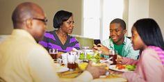 Eine Familie sitzt zusammen am Esstisch. Der Junge simst. Er hat ein Handy jetzt...ist das ein gutes Benehmen am Tisch?