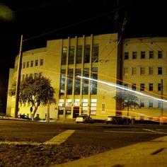 #Gdynia budynek Sądu Rejonowego zaprojektowany przez Karpińskiego, Sieczkowskiego i Sołtyńskiego - zbudowany 1936. #modernizm_gdyni #architektura #nocnezdjęcie #modernizm #modernism #architecture #nightimage #igerspoland #igersgdynia #igersgdansk