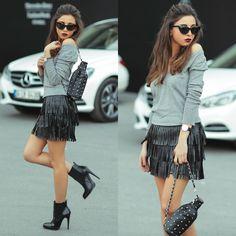 короткая кожаная юбка с бахромой, черные ботильоны на каблуках