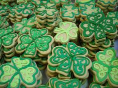 Shamrock Sugar Cookies // Crunchy sugar cookies hand-decorated for St. Patty's Day. #icingonthecakelg