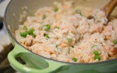 Risotto al salmone affumicato - Ecco per voi la ricetta per preparare un ottimo risotto al salmone affumicato, un primo veloce e buonissimo perfetto per riciclare il salmone avanzato.