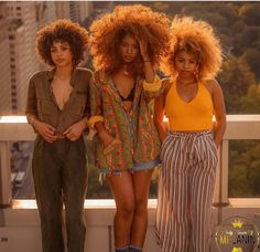 Big Afro hairstyles are basically the bigger and greater version of the Afro hairstyles. Afro which is sometimes shortened as 'FRO, is a hairstyle worn naturally outward by The African American black people. Afro Punk, Black Girl Magic, Black Girls, Pretty People, Beautiful People, Moda Afro, Curly Hair Styles, Natural Hair Styles, Pelo Afro