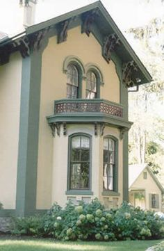 Italianate Victorian Home in Bloomfield Michigan illustrates use of color to highlight architectural details
