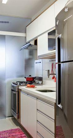cozinha com os três setores lado a lado: fogão, pia e geladeira. Foto Pinterest