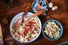Ha szeretitek a különleges, markánsabb ízeket, akkor ez a saláta az egyik kedvencetek lesz. Ebbe a kelkáposztás salialapba került bőven plusz anyag: a tartalmasságát bulgurral hoztuk fel, az extra ízekért pedig a gránátalma, a dió és a kéksajt feleltek, de ne felejtkezzünk el a rá kerülő dijoni mustáros mártásról sem! Elég finom lett, próbáljátok ki ti is!