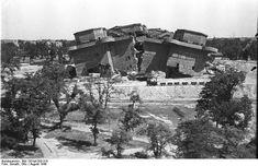 "Trümmereinschüttung des gesprengten Gefechtsbunkers des Flak-Doppelbunkers (August 1949) / Heute: ""Bunkerberg im Volkspark Friedrichshain"""