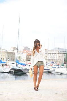 Natalia Cabezas shows us exactly how to wear the minimalistic boho trend, pairing a simple neck blouse with lace detailing with beige mini shots and classic gladiator sandals. Blouse/Shorts: Zara, Sandals: Blowfish via Sarenza.