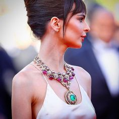 EmilyRatajkowski wears layers of stunning @bulgariofficial Necklace at Cannes 2017! #BulgariObsession  @emratapictures ❤ #EmilyRatajkowski #cannes2017 #celebrityjewelryjournal#cannesfilmfestival #cannes #celebrityjewelry  #celebrityjewelryviajewelryjournal #bulgari#bvlgari#bulgarijournal. #jewelryeventsjournal #jewelryeventsviajewelryjournal #emerald #necklace#glamorous #celebrity #redcarpet http://tipsrazzi.com/ipost/1517223671651257083/?code=BUOQuQJlkr7
