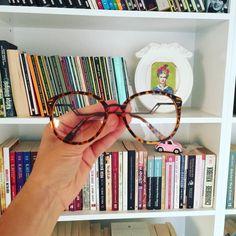 Quem precisa de óculos para ler? .  Credits to @butik.pera .  #book #okumahalleri #bookstagram #booklovers #bookworm #okumak #vscophile #vscoart #instabook #vsco_lover