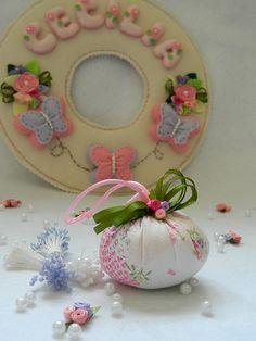 Felt name wreath Felted Wool Crafts, Felt Crafts, Diy Crafts, Felt Embroidery, Felt Applique, Craft Free, Wreath Crafts, Pin Cushions, Wool Felt