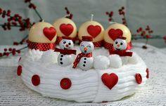 Hóemberes adventi koszorú | Retikül és fűszerdoboz Advent Wreath, Christmas Ornaments, Christmas Things, Wreaths, Holiday Decor, Cake, Desserts, Diy, Google