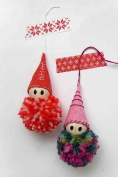 Aprende como hacer pequeños duendes con pompones de lana, cuentas de madera y fieltro y llena de color tu abeto navideño con adornos hechos a mano.