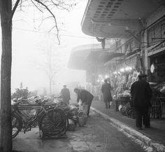 Δημοτική Αγορά Λάρισας, πρωινή ομίχλη. Οι πρωινοί πελάτες στα κρεοπωλεία και στα…