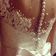 Lindooooo este vestido, olhaaaaa o detalhe das pérolas, noiva de vestido Carol Hungria!!  Save the date, Carol Hungria no Salão Casamoda Noi...