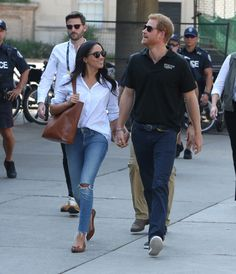 Prince Harry and Meghan Markle attend the Tennis together at the Invictus Games in Toronto Suits star and Prince Harry's girlfriend Markle may not yet be a bonafide style icon, but with outfits like these, she's well on her way Prince Harry Et Meghan, Meghan Markle Prince Harry, Princess Meghan, Harry And Meghan, Prince Henry, Prince William, Estilo Meghan Markle, Meghan Markle Stil, Prinz Harry Meghan Markle