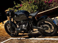 This is a custom motorcycle made by Fran Manen (Lord Drake Kustoms) based on a BMW R100 and in a Cafe Racer and Scrambler style.