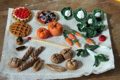 Voici mes premiers essais en FIMO. Quelques légumes du jardin, du pain et des patisseries. Pas de problème de cuisson en respectant le temps et la température indiqués sur la notice. Quelques retouches de peinture acrylique après cuisson.