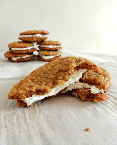 The best thing you will ever put in your mouth: Homemade Oatmeal Cream Pies . Made them gluten free for someone who loves oatmeal cream pies Köstliche Desserts, Dessert Recipes, Oatmeal Creme Pie, Vegan Oatmeal, Oatmeal Yogurt, Blueberry Oatmeal, Homemade Oatmeal, Def Not, How Sweet Eats
