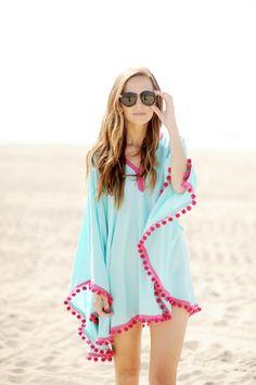 Que portez-vous l'été pour aller à la plage ? Une tunique? un t-shirt et un jupon? une robe longue? Cet été, je vous propose de porter un poncho de plage rehaussé (ou non) de pompons !