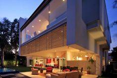 Maison contemporaine en verre et en béton - Visit the website to see all photos http://www.amenagementdesign.com/architecture/maison-contemporaine-en-verre-et-en-beton