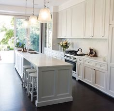 Pin by gina dobson on let's cook in a beautiful white kitchen! Gally Kitchen, Grey Kitchen Island, White Shaker Kitchen, Kitchen Furniture, Kitchen Interior, Kitchen Decor, Kitchen Design, Kitchen Ideas, Kitchen Inspiration