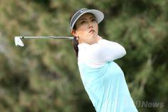 女子ゴルフ米国ツアー、メジャー第1戦、クラフト・ナビスコ選手権(Kraft Nabisco Championship 2014)2日目。17番ホールでティーショットを打つミッシェル・ウィ(Michelle Wie、2014年4月4日撮影)。(c)AFP/Getty Images/Stephen Dunn ▼5Apr2014AFP|トンプソンとパク・セリが首位タイに、クラフト・ナビスコ選手権 http://www.afpbb.com/articles/-/3011782 #Michelle_Wie