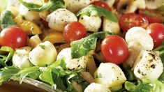 Ihana marinoitu mozzarellasalaatti maistuu monelle. Tarjoa patongin kanssa. Table Des Calories, Caprese Salad, Potato Salad, Food And Drink, Potatoes, Ethnic Recipes, Muscle Contraction, Diet To Lose Weight, Flat Stomach
