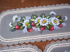Olá minhas flores!Voltei com mais trabalhos!Jogos de tapetes,encomenda da Tania.Eu amei faze-los!Descansei um pouco das cortinas e toalhas.S...
