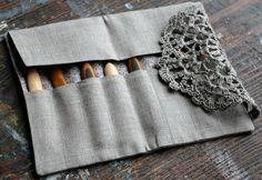 Cet élégant embrayage lin tous vos crochets et les aiguilles doubles pointes tiendra en un seul endroit. En pur lin, doublé en tissu de coton mignon et ferme avec napperon de détails et bouton en céramique. Mesure environ 17,5 x 10 cm/6,8 x 3.9 pouces (quand il est fermé). Huit grands espaces pour plusieurs des crochets ou des aiguilles à tricoter. Très pratique pour organiser et ranger des aiguilles et crochets, ferait aussi un beau cadeau. Merci pour la recherche ! Veuillez noter...