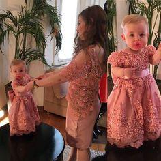 Mais uma mãe e filha que tivemos o prazer de vestir com o mesmo modelito. Vejam que lindas ficaram a @jessicawrubm e a filha Maria Antonieta. A VESTINE ama fazer vestidos para crianças. #vestine #atelievestine #feitoamao #hautecouture #amorporcosturar #vempravestine #maeefilha #princesas