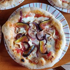 Découvrez les meilleures recettes du GIO en cliquant sur l'image Pizza Napolitaine, Thing 1, Hawaiian Pizza, Delish, Food, Top Recipes, Figs, Essen, Meals