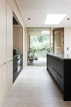 Kjøkken med utgang til terrassen Farmhouse Style Kitchen, Modern Farmhouse Kitchens, New Kitchen, Home Kitchens, Kitchen Decor, Awesome Kitchen, Kitchen Tips, Kitchen Ideas, Interior Desing