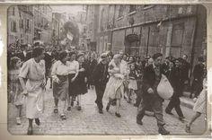 Sur l'une des célèbres photos de Robert Capa, apparaît une proscrite de la Libération pourchassée par la foule pour avoir collaboré avec l'occupant ...La femme porte un nourrisson dans ses bras. Le photographe américain a pris, ce 18 août 1944 à Chartres, deux clichés de la malheureuse. On la voit marchant au milieu d'une multitude de femmes, suivie de quelques fillettes et d'hommes goguenards.les foules sont friandes. l'enfant à son bras.